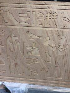 Frezowanie hieroglifów w sklejce