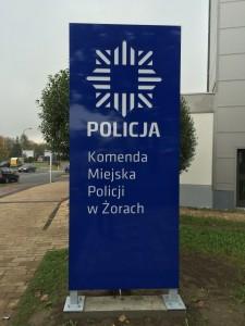 pylon policja, tablica policyjna, pylon dla policji, reklama dla policji, frezowanie pylonów, frezowanie dibondu, pylony dibondowe